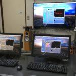 ITえき塾の教室内の風景。50インチ液晶ディスプレイとパソコンが2台。