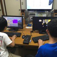 授業中でプログラミングをしている男の子2人