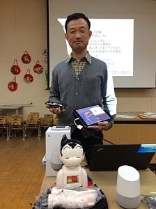 西船場幼稚園PTAでの講演会後、講演で紹介したIT機器と一緒に記念撮影をする一階塾長