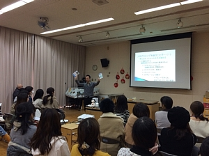 西船場幼稚園PTAでの講演で、一階塾長が説明をしている風景
