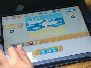 iPadを使ってScratch Jrで作品を作っているところ
