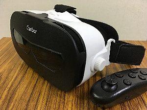 VR(仮想現実)のヘッドセットとコントローラー