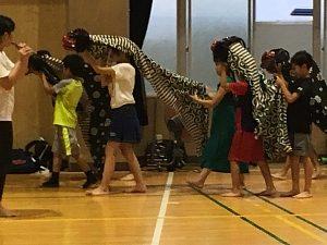 御霊神社の夏祭りの獅子講の練習をする子どもたち。西船場小学校にて