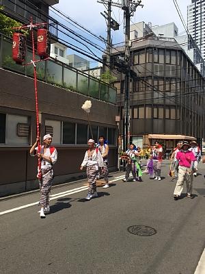 御霊神社の夏祭りの西船場獅子講の先頭。