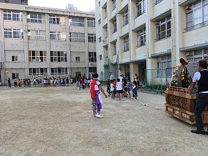 御霊神社の夏祭りの獅子講の練習をする子どもたち。西船場小学校の校庭にて