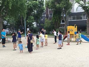 西船場公園でラジオ体操をしている子どもたち(2017)