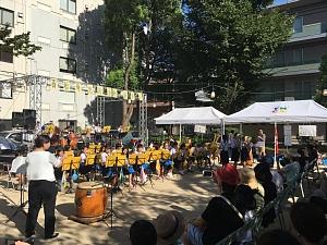 西船場納涼祭でオープニングを飾る西船場小学校ブラスバンド部の皆さん