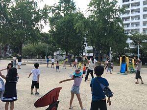 西船場公園でラジオ体操をしている子どもたち(2018)