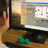 Scratchでゲームを作っている小学生の男の子