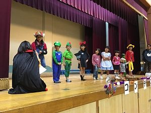 大阪・西船場小 子供会のハロウィンパーティの様子:子どもたちがステージで仮装を披露