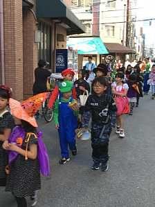 大阪・西船場小 子供会のハロウィンパーティの様子:町内を仮装の大行列が練り歩き。