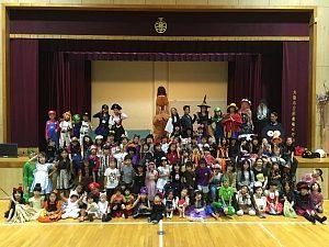 大阪・西船場小 子供会のハロウィンパーティの様子:全員で記念撮影
