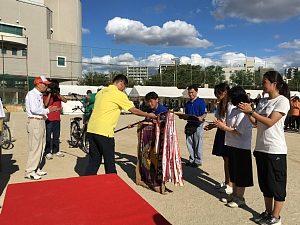 大阪市西区「体育と防災の日」2018表彰式で優勝旗を受け取る様子