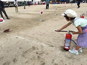 大阪市西区「体育と防災の日」2018で子どもが水消火器で的を倒している様子