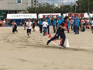 大阪市西区「体育と防災の日」2018でリレーで西船場のアンカー走者が快走している様子