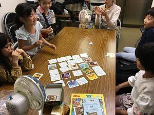 大阪西区の肥後橋教室で、記憶ゲームをして盛り上がる小学生の女の子たち