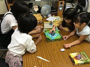 大阪西区の肥後橋教室で、指先系アクションゲームをして盛り上がる小学生の女の子たち