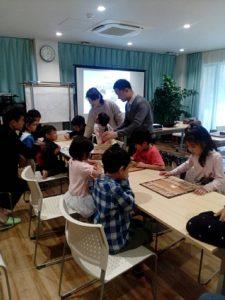 第3回将棋デーinプログラミング教室の未経験コースで将棋のルールを覚えながら楽しく遊んでいる子どもたちの様子