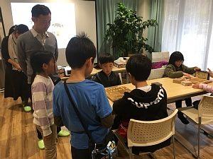 第3回将棋デーinプログラミング教室の経験者コースでの大会・決勝戦で、集中して対局している子どもたちの様子