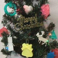 3Dプリンターの制作物で飾ったITえき塾のクリスマスツリーのサムネイル
