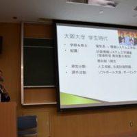 大阪大学工学部で後輩に講演をしている一階塾長