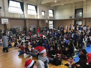 西船場小学校のクリスマス会の開始直前の様子。児童とご家族の皆さんでいっぱい!