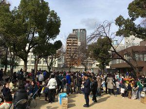 大阪西区・西船場もちつき大会に大勢の皆さんが西船場公園で楽しんでいる様子