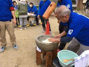大阪西区・西船場もちつき大会でおもちをついている青年会メンバー