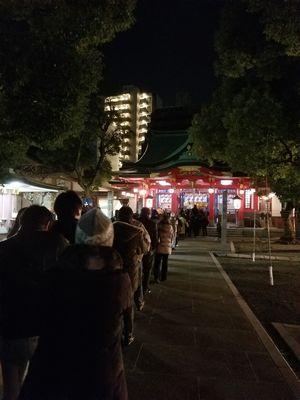 2018年を迎えた直後の大阪・御霊神社の様子。初詣を待つ人たちの行列ができています。