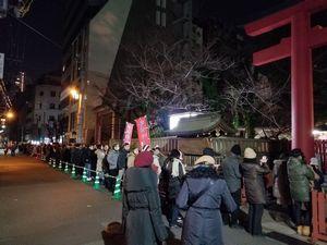 2018年を迎えた直後の大阪・御霊神社の様子。初詣を待つ人たちの行列が神社の外まで伸びています。