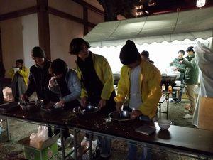 大阪・御霊神社で2018年の新年に年越しうどんを振る舞う、靱太鼓講の皆さん