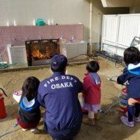 大阪・西船場地域の防災訓練で西船場幼稚園の園児が消火訓練をしているところ(西船場小学校・幼稚園にて)