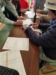 大阪・西船場地域の防災訓練での情報伝達訓練の様子(西船場小学校にて)
