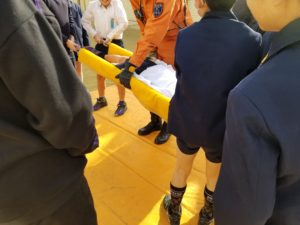大阪・西船場地域の防災訓練で搬送訓練をしている児童の皆さん(西船場小学校にて)